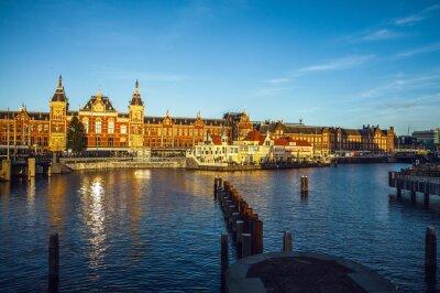 Vinilo AMSTERDAM, PAÍSES BAJOS - 15 DE ENERO DE 2016: Edificios famosos del primer del centro de ciudad de Amsterdam en la puesta del sol. Vista general del paisaje. Amsterdam, Holanda.
