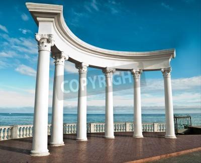 Vinilo Ancient Greek columns against a blue sky and sea