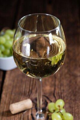 Vinilo Antigua mesa de madera con vino blanco