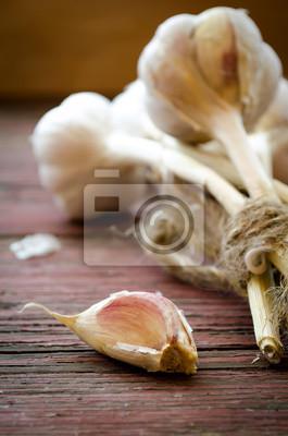Antiguo toda ajo orgánico y clavo en el fondo de madera