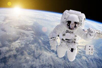 Vinilo Astronauta en el espacio, en el fondo de nuestra tierra y el sol - Elementos de esta imagen proporcionada por la NASA