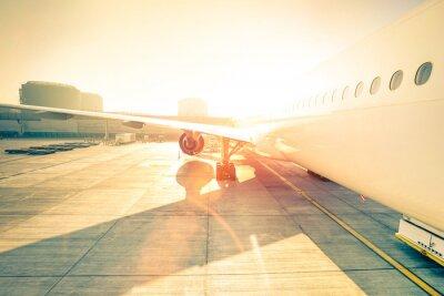 Vinilo Avión genérico en la terminal de la puerta listo para el despegue - Moderno aeropuerto internacional al atardecer - Concepto de viaje emocional en todo el mundo