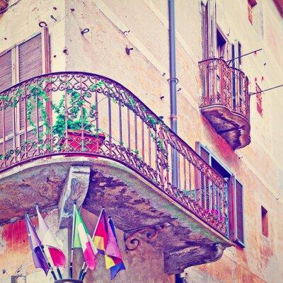 Vinilo Banderas bajo Balcón