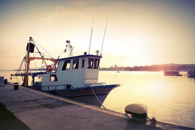 Vinilo Barco de pesca industrial está amarrado en el puerto. Vintage foto tonos