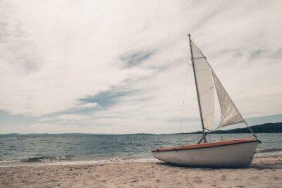 Vinilo Barco de vela en la playa tropical con el fondo azul del agua