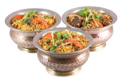 Vinilo Biryani de pollo o vegetariano biryani o risotto indio en tazones de estaño