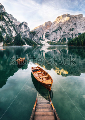 Vinilo Boats and slip construction in Braies lake with crystal water in background of Seekofel mountain in Dolomites in morning, Italy Pragser Wildsee