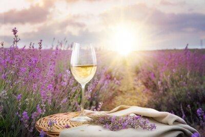 Vinilo Botella de vino contra la lavanda.