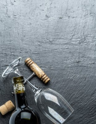 Vinilo Botella de vino, copa de vino y sacacorchos en el tablero de grafito.