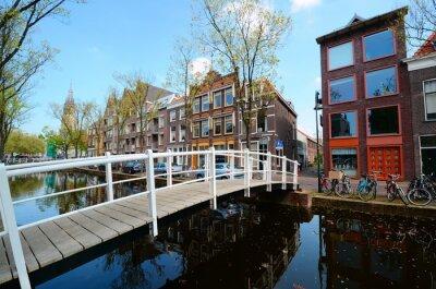 Vinilo Bridge over the canals of Delft, Netherlands
