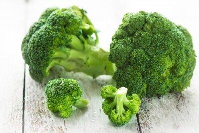 Vinilo Brócoli sobre un fondo de madera blanca