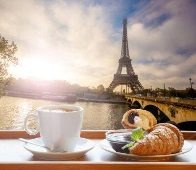 Vinilo Café con croissants contra la Torre Eiffel en París, Francia