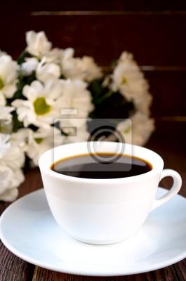 Café con flores en la mesa de madera