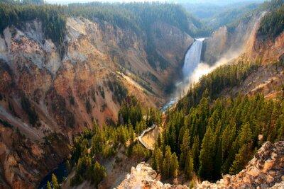 Vinilo Caídas más bajas - la luz del sol ilumina el aerosol mientras que el río de Yellowstone se estrella sobre las caídas más bajas en el Gran Cañón de Yellowstone.