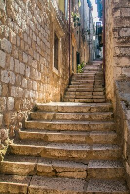 Vinilo Calle estrecha y escaleras en el casco antiguo de Dubrovnik, Croacia, Mediterráneo ambiente