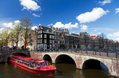 Vinilo Canal de Amsterdam intersección con barco de crucero rojo en verano con un cielo azul