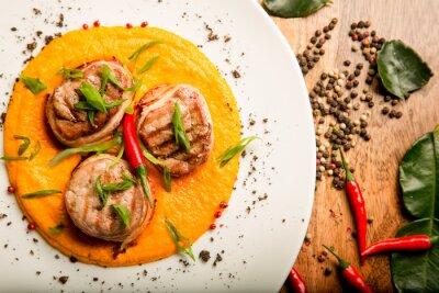 Vinilo Carnes picantes pollo y carne con salsa y hierbas en la receta tailandesa de chef