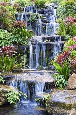 Vinilo Cascada artificial y estatua en el jardín
