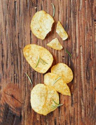 Vinilo Chips con sal y romero en la superficie de madera