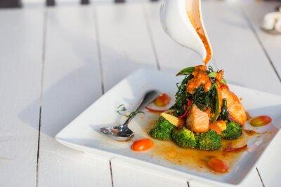 Vinilo Chu Chee pasta de curry rojo salmón en las placas blancas.