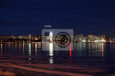 Vinilo Ciudad de Madison, la capital de Wisconsin, Midwest USA. Horizonte del centro de Madison en la noche de invierno con edificios oficiales, terraza de Monona y capitolio, brillando en la oscuridad.
