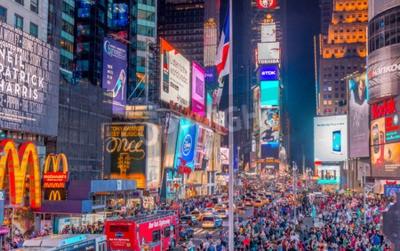 Vinilo CIUDAD DE NUEVA YORK - 08 de junio 2013: Los turistas en Times Square en la noche. Más de 50 millones de personas visitan Nueva York cada año.