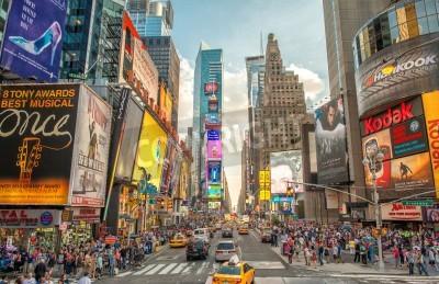 Vinilo CIUDAD DE NUEVA YORK - 12 de junio 2013: Vista nocturna de las luces de Times Square. Times Square es un cruce muy turística de arte de neón y el comercio y es una calle emblemática de la ciudad de Nu