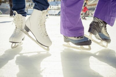 Vinilo Closeup patinaje patines de hielo al aire libre en pista de hielo