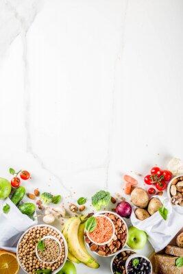 Vinilo Comida sana. Selección de buenas fuentes de carbohidratos, alimentos ricos en fibra. Dieta de bajo índice glucémico. Verduras frescas, frutas, cereales, legumbres, nueces, verduras. copia espacio