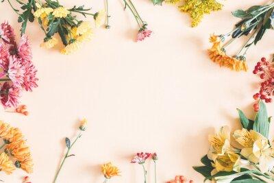 Vinilo Composición de otoño. Capítulo hecho de flores frescas en fondo beige en colores pastel. Otoño, concepto de otoño. Plano, vista desde arriba, copia espacio