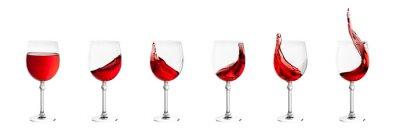 Vinilo Conjunto de vasos de vino con salpicaduras de vino aislado en blanco volver