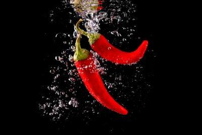Vinilo Czerwona papryka wpadająca do wody