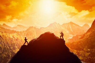 Vinilo Dos hombres corriendo carrera hasta la cima de la montaña. Competencia, rivales, desafío