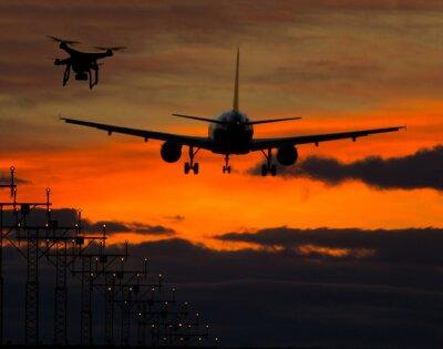 Vinilo Drone volando cerca de un avión comercial