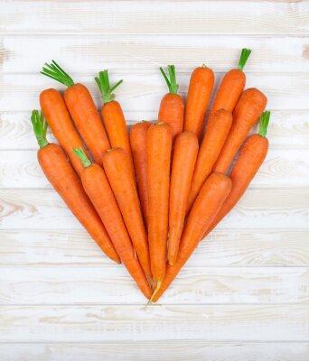 Vinilo el corazón de la zanahoria en un fondo de madera