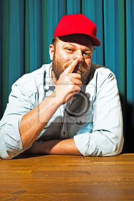 1380665a170ac El hombre con barba y gorra roja. retrato de un camionero. vinilos ...