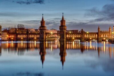 Vinilo El río Spree y el Oberbaumbruecke en Berlín al amanecer