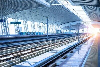 Vinilo empty railway platform background
