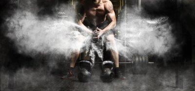 Vinilo Entrenamiento de hombre musculoso con pesas rusas en el gimnasio