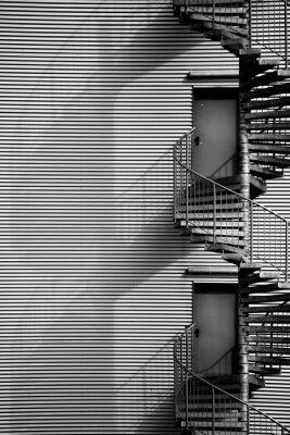 Vinilo Escalera de caracol / Una escalera de caracol y el fuego de escape de una nave industrial