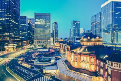 Vinilo Estación de tren de Tokio y la construcción de rascacielos de Tokio en el tiempo crepuscular