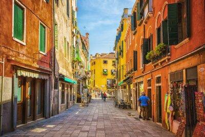 Vinilo Estrecho canal entre las viejas casas de ladrillos de colores en Venecia