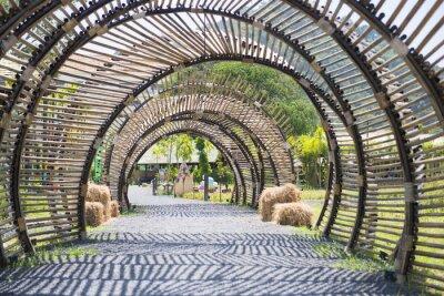 Vinilo Estructura de túnel de bambú en el jardín