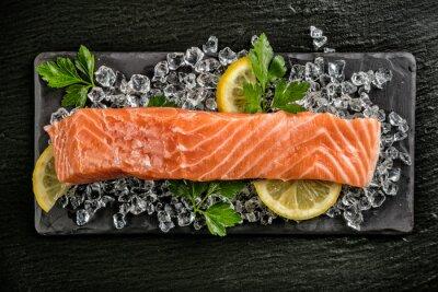 Vinilo Filete de salmón servido sobre piedra negra