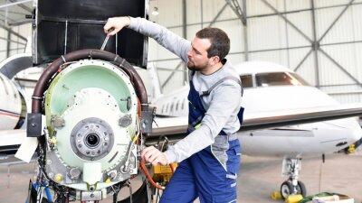 Vinilo Fluggerätemechaniker repariert Triebwerk von Flugzeug in Hangar // los trabajadores reparan el motor de la aeronave en el hangar
