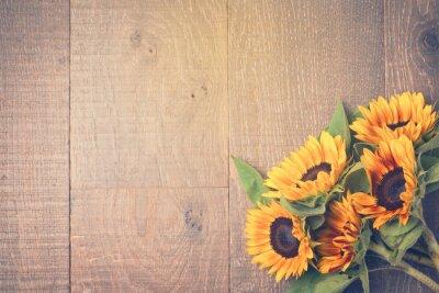 Vinilo Fondo del otoño con los girasoles en mesa de madera. Ver desde arriba. Efecto de filtro Retro