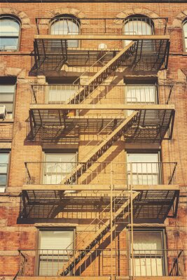 Vinilo Foto retro del estilo del edificio con las escalas del escape de fuego, NYC.