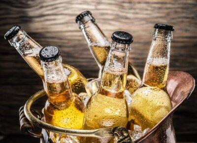 Vinilo Frías botellas de cerveza en el cubo de bronce.