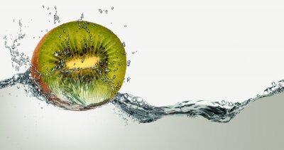 Vinilo Fruta madura del kiwi y las chispas de agua.