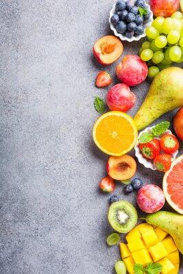Vinilo Frutas y bayas clasificadas frescas en fondo gris claro. Colorido, limpio y saludable comer. Comida de desintoxicación. Copia espacio Vista superior.
